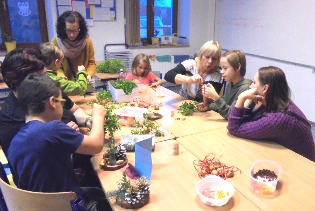 žáci vyrábějí vánoční dekorace