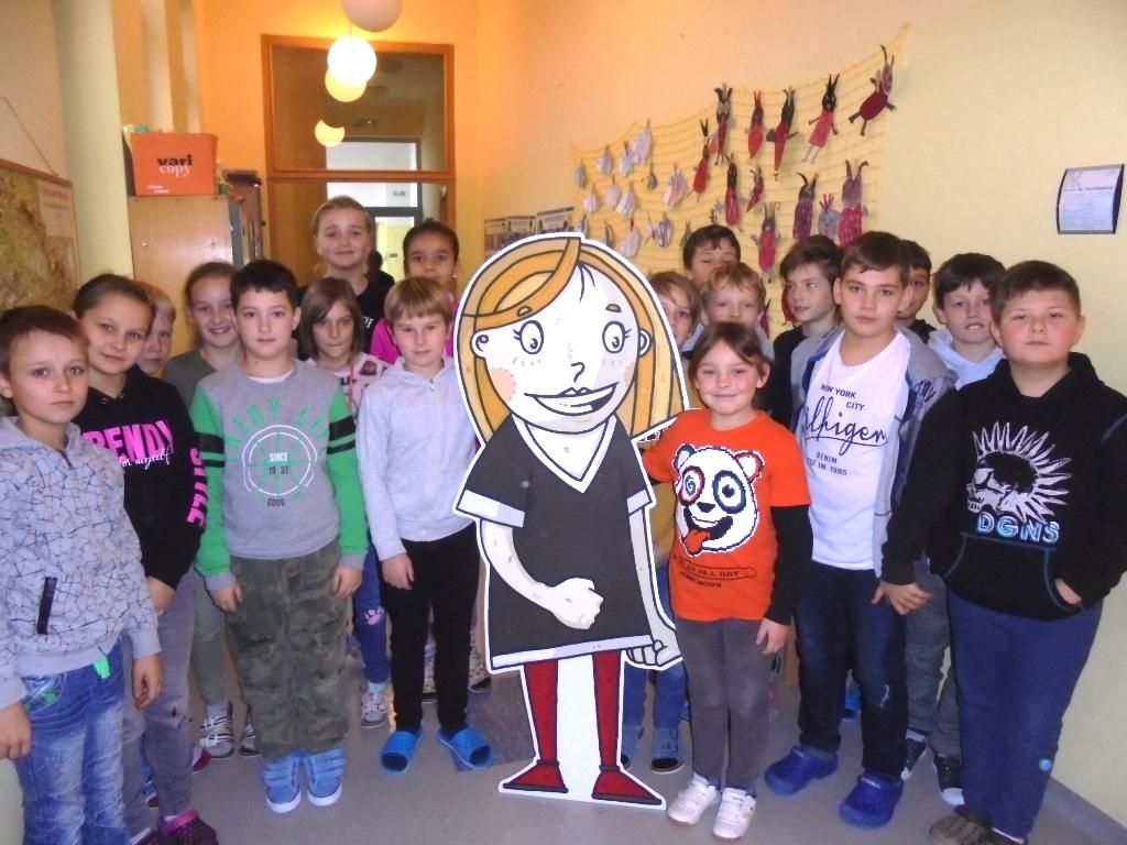 žáci se obklopili Markétu - symbol dopravní výchovy