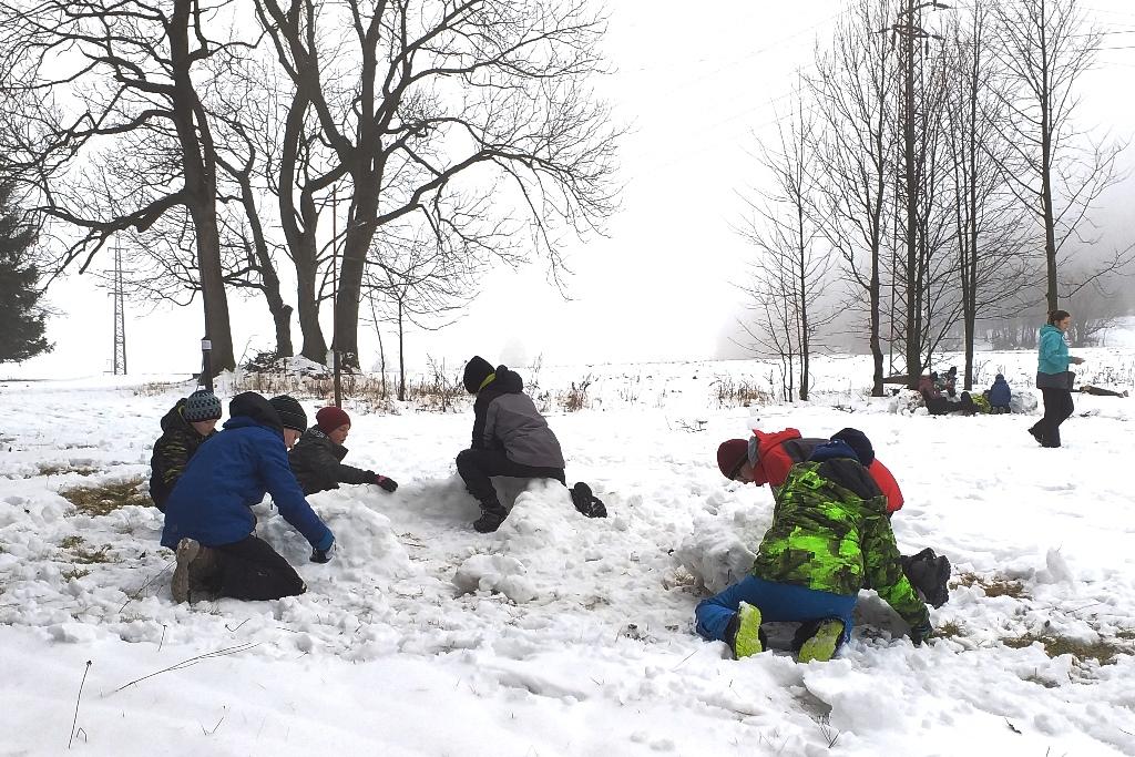 žáci staví stavby ze sněhu